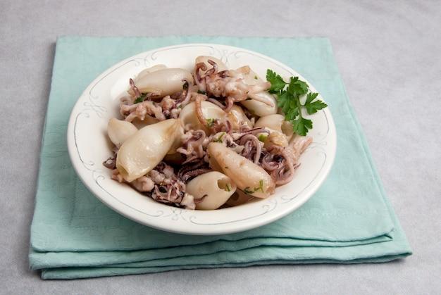 Petits calamars grillés servis sur une assiette