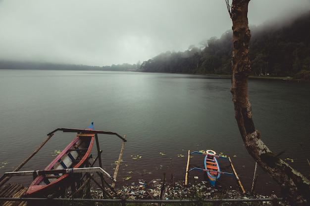 Petits canoës dans un lac