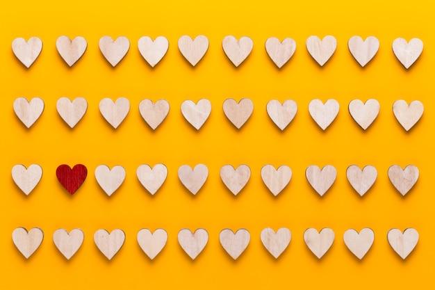 Petits coeurs en bois. une idée créative. carte de voeux saint valentin.
