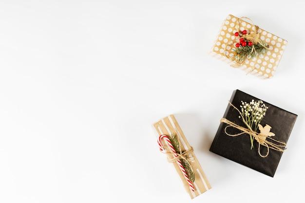 Petits coffrets cadeaux sur table blanche