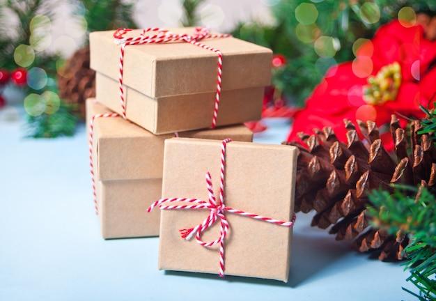 Petits coffrets cadeaux sur la table à proximité de la décoration de noël.
