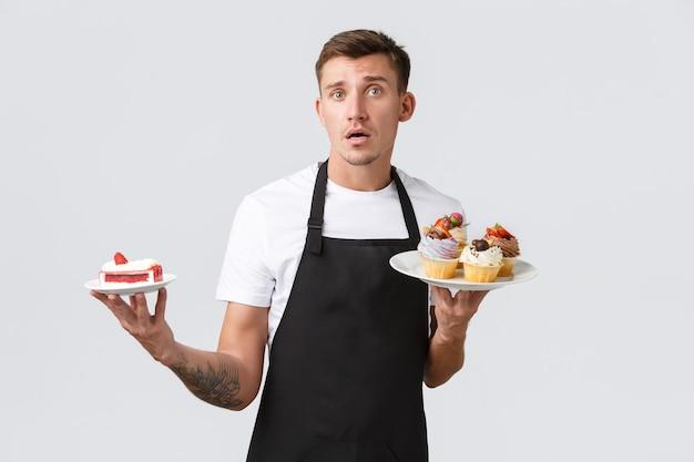 Petits commerces de détail cafés et boulangerie concept café propriétaire serveur ou barista en tablier noir se ...