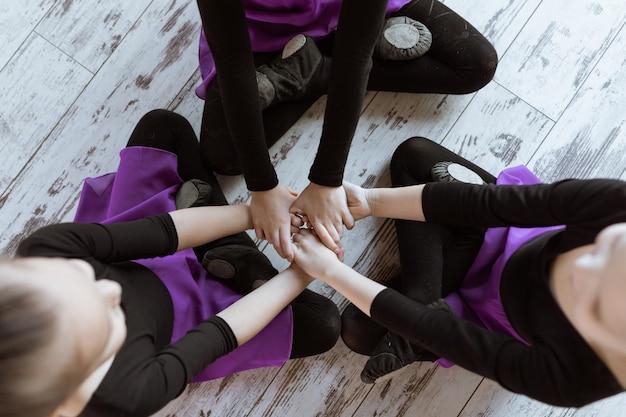 Petits danseurs mignons d'enfants sur le studio de danse