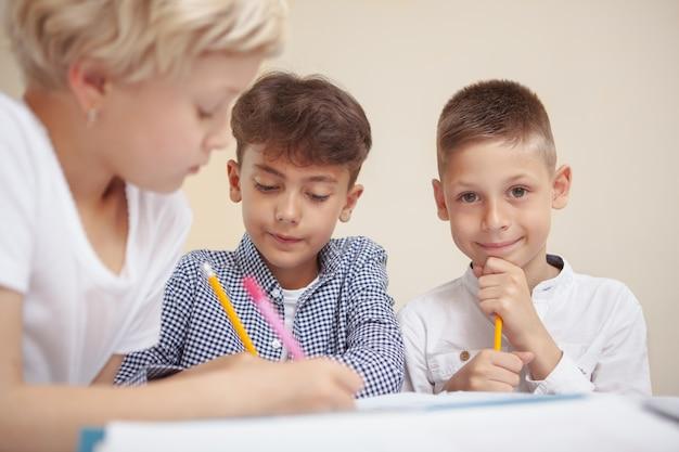 Petits enfants dessin au cours d'art de l'école élémentaire