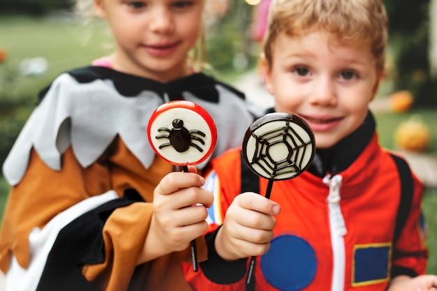 Petits enfants à la fête d'halloween