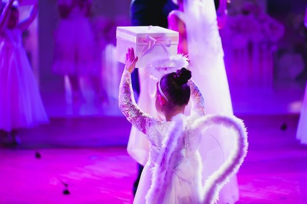 Petits enfants habillés comme un ange dansant au banquet de mariage.