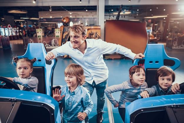 Petits enfants jouant au simulateur de course