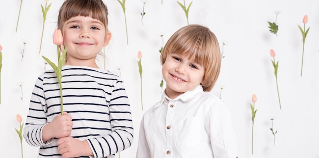 Petits enfants joyeux bouchent