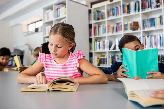 Les petits enfants lisent des livres