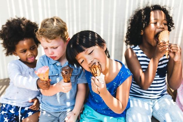 Petits enfants mangeant de la glace délicieuse