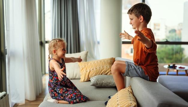 Les petits enfants mignons, les frères et sœurs s'embrassent et se font des câlins à la maison montrent de l'amour et des soins. concept de soutien aux enfants de la famille