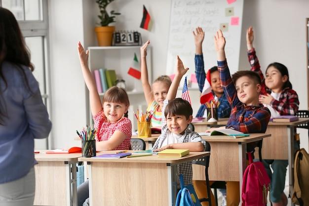 Petits enfants pendant la leçon à l'école de langue