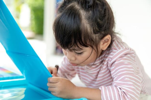 Les petits enfants qui dessinent avec un crayon de couleur sont une bonne activité pour améliorer l'art créatif et les compétences en écriture chez les enfants. image conceptuelle pour l'éducation et l'apprentissage passe-temps.