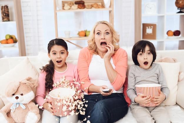 Petits-enfants regardent un film effrayant avec grand-mère