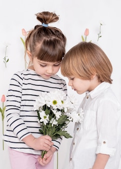 Petits enfants, regarder, fleur, bouquet