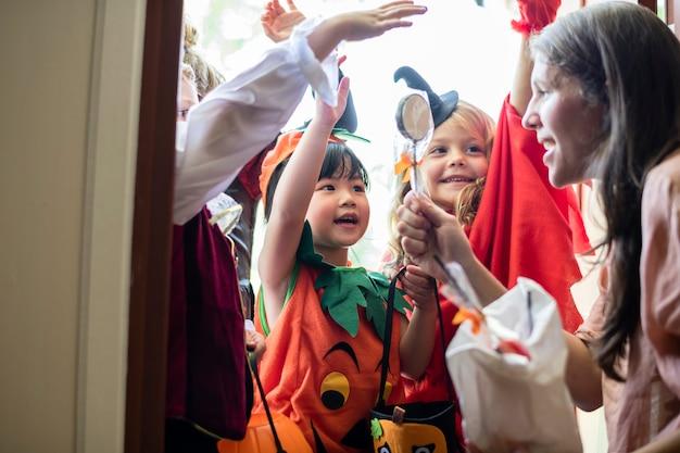 Petits enfants tromper ou traiter halloween