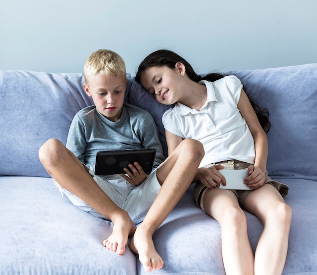 Petits enfants utilisant les nouvelles technologies