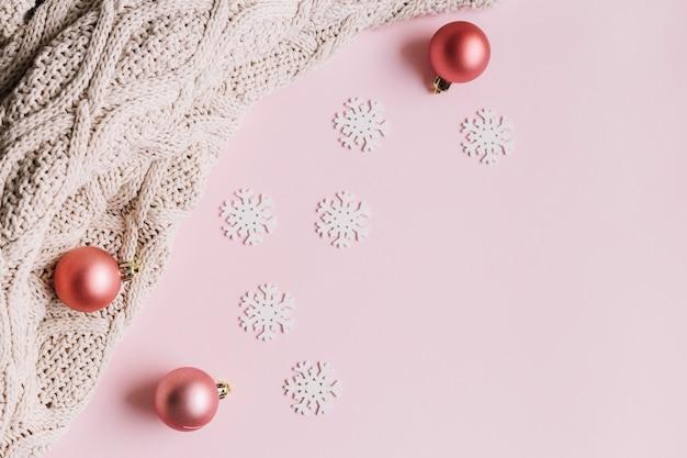 Petits flocons de neige avec des boules brillantes