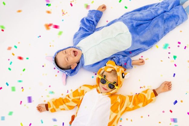 Petits frères en costumes drôles sur fond blanc isolé