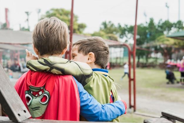 Petits frères debout ensemble sur le terrain de jeu