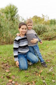 Petits frères embrassant et riant. amour, confiance et tendresse