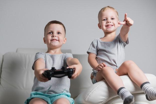 Petits frères jouant à des jeux vidéo
