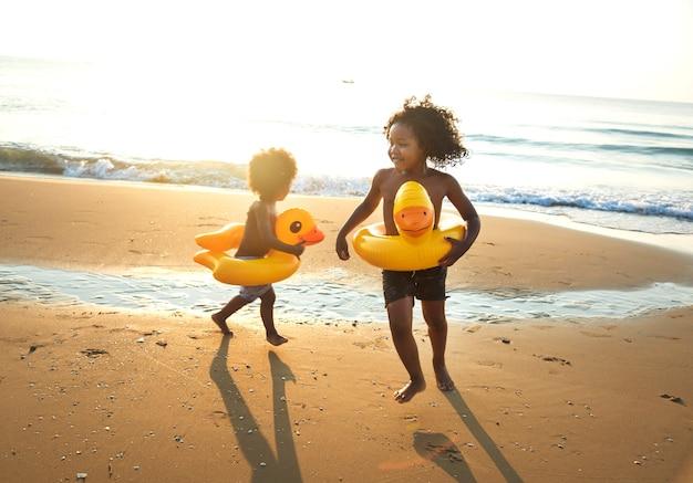 Petits frères s'amusant en vacances