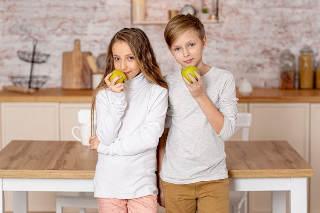 Petits frères et sœurs tenant une pomme