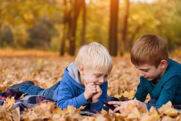 Petits frères utilisant un smartphone