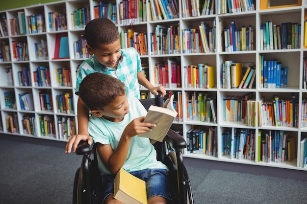 Petits garçons tenant des livres