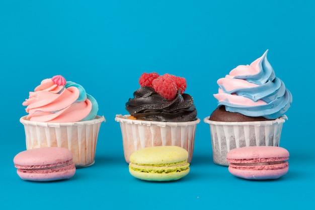 Petits Gâteaux D'anniversaire Sur Fond Bleu Se Bouchent Photo Premium