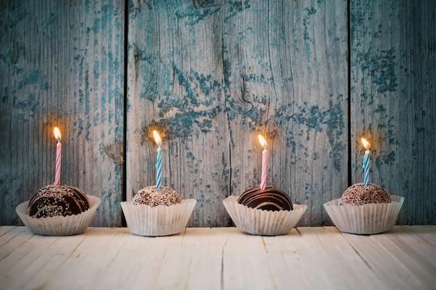 Petits gâteaux d'anniversaire sur table en bois