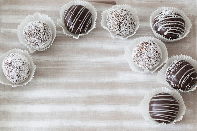 Petits gâteaux au chocolat sur une planche en bois blanche