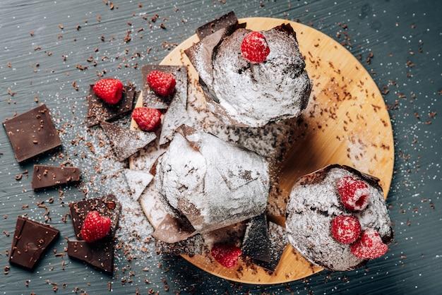 Petits gâteaux au chocolat se bouchent avec du chocolat et des framboises