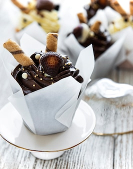 Petits gâteaux au chocolat sur table en bois blanc