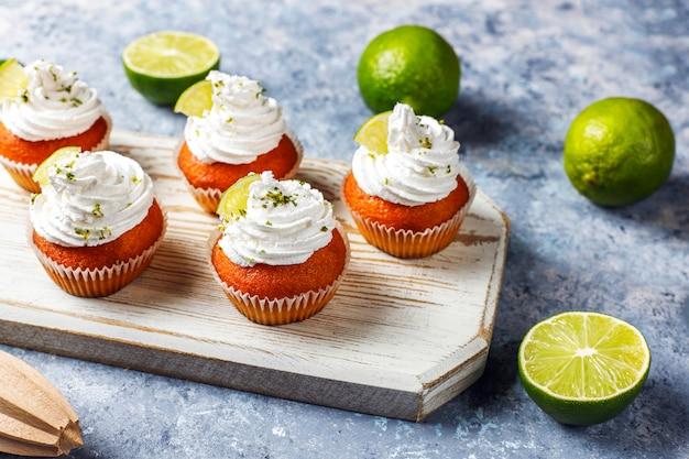 Petits gâteaux au citron vert maison avec crème fouettée et zeste de citron vert, mise au point sélective