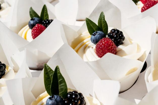 Petits gâteaux aux baies fourrés dans une boîte dessert