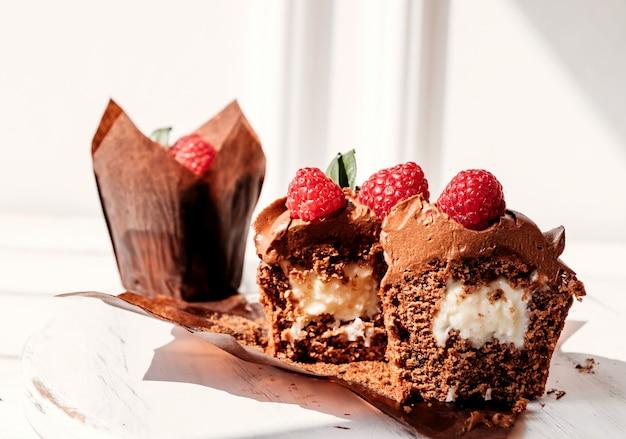 Petits gâteaux aux fruits fourrés et coupés dessert