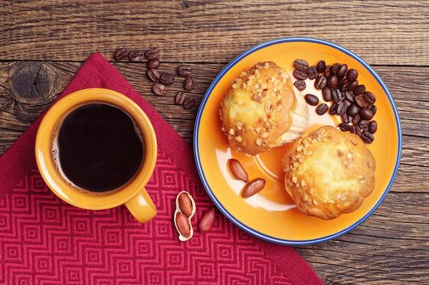 Petits gâteaux aux noix et une tasse de café sur la table