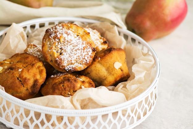 Petits gâteaux aux pommes sur une table en bois