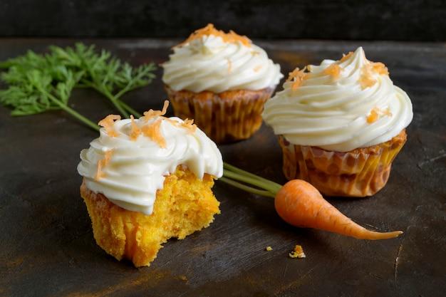 Petits gâteaux à la carotte avec de la crème.