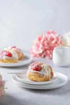 Petits gâteaux à la chantilly et à la fraise