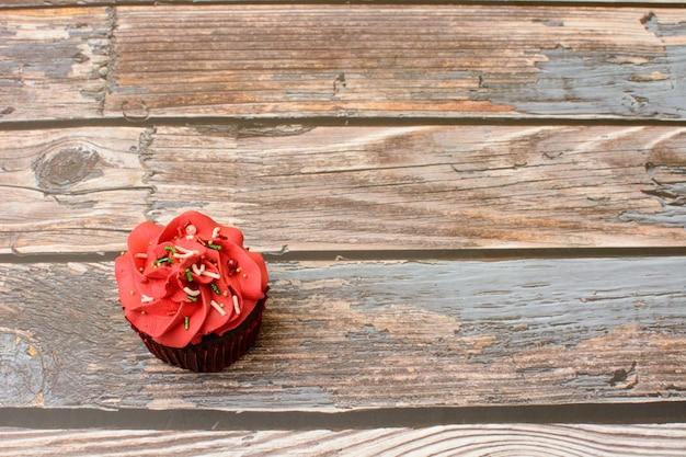 Petits gâteaux colorés faits maison sur table en bois