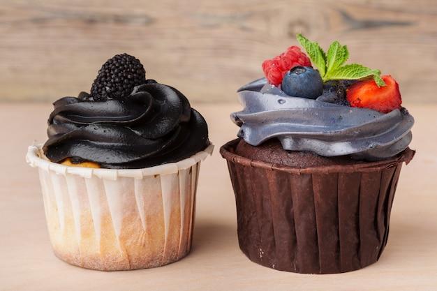 Petits gâteaux colorés avec des goûts différents. petits gâteaux