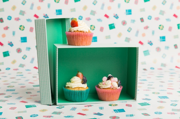 Petits gâteaux à la crème et baies sur table
