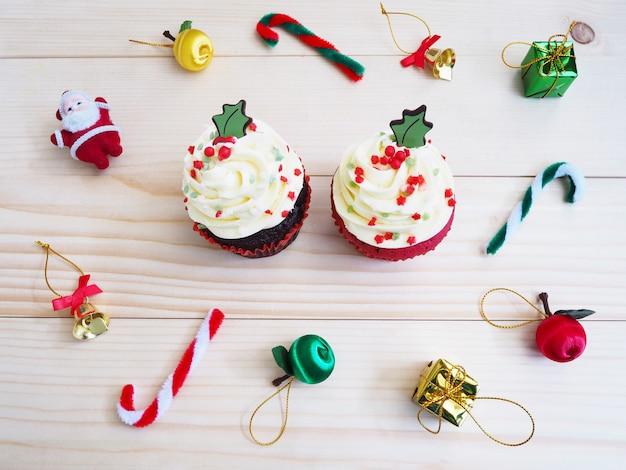 Petits gâteaux avec décoration de forme et d'ornement de noël sur une table en bois