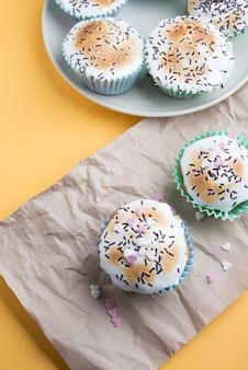 Petits gâteaux avec des décorations pour une journée spéciale