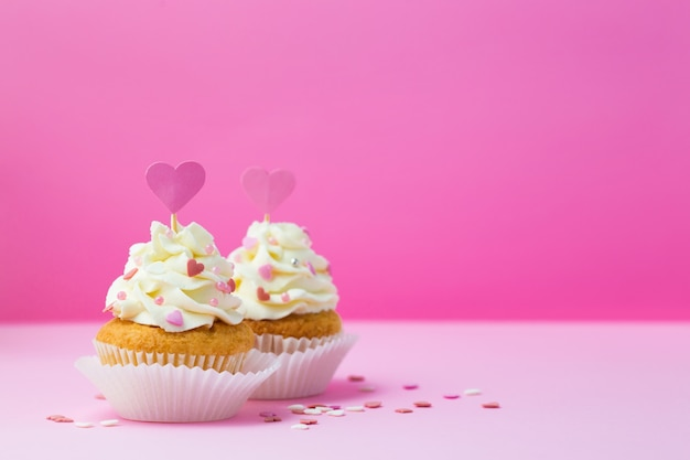 Petits gâteaux décorés coeur sur rose