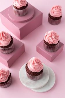 Petits gâteaux délicieux à angle élevé sur des boîtes