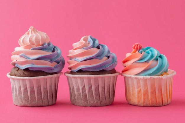 Petits gâteaux délicieux sur fond rose se bouchent